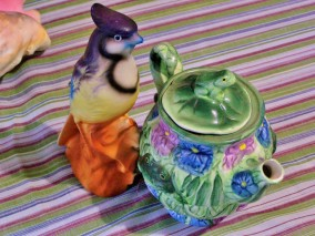blue jay figurine and frog teapot different angle (2)